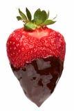 Erdbeere abgedeckt mit Schokolade stockfotos