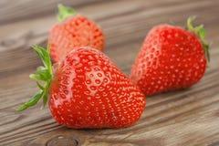 Erdbeere auf dem deoyevanny Hintergrund geschmackvoll und reif Lizenzfreie Stockfotografie