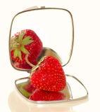 Erdbeere auf dem Spiegel lizenzfreie stockfotografie
