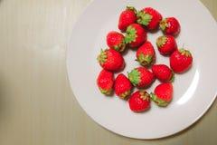 Erdbeere auf der Platte lizenzfreie stockfotografie