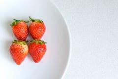 Erdbeere auf der Platte, selektiver Fokus Stockfotografie