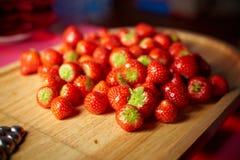 Erdbeere auf einem Brett Lizenzfreie Stockbilder