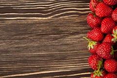 Erdbeere auf einem hölzernen Hintergrund Stockfoto