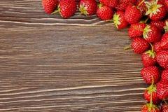 Erdbeere auf einem hölzernen Hintergrund Stockbilder