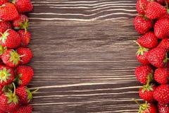 Erdbeere auf einem hölzernen Hintergrund Stockfotos