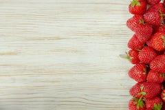 Erdbeere auf einem hölzernen Hintergrund Stockfotografie