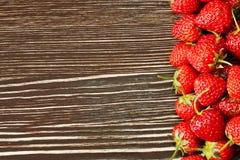 Erdbeere auf einem hölzernen Hintergrund Stockbild