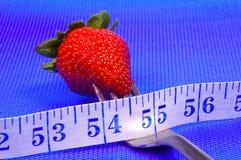Erdbeere auf einer Gabel lizenzfreies stockfoto