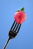 Erdbeere auf einer Gabel Lizenzfreie Stockfotos
