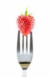 Erdbeere auf einer Gabel gegen lizenzfreie stockfotos