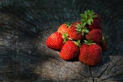 Erdbeere auf einer Holzoberfläche stockfotografie