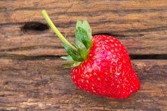 Erdbeere auf hölzernem Hintergrund lizenzfreie stockbilder