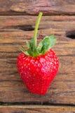 Erdbeere auf hölzernem Hintergrund stockfoto