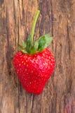 Erdbeere auf hölzernem Hintergrund stockfotos