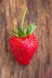 Erdbeere auf hölzernem Hintergrund stockfotografie
