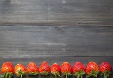 Erdbeere auf hölzernem Hintergrund lizenzfreies stockfoto