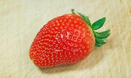 Erdbeere auf Holz Lizenzfreie Stockfotos