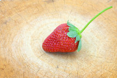 1 Erdbeere auf Holz Lizenzfreie Stockfotografie