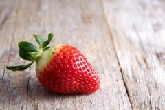 Erdbeere auf Holz Stockfoto