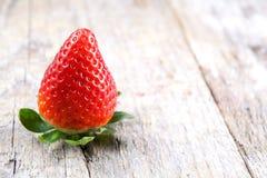 Erdbeere auf Holz Lizenzfreies Stockfoto