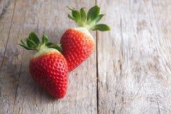 Erdbeere auf Holz Lizenzfreie Stockfotografie