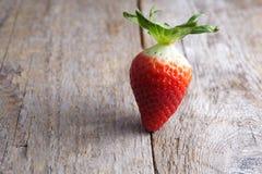 Erdbeere auf Holz Stockbilder