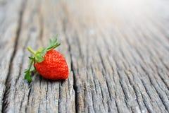 Erdbeere auf Holz Stockfotos