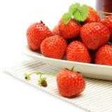 Erdbeere auf Platte, Sommerlebensmittel Stockbild