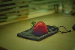 Erdbeere auf Taschen Stockbild