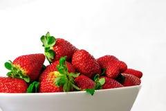 Erdbeere auf weißer Schüssel mit weißem Hintergrund Stockfoto