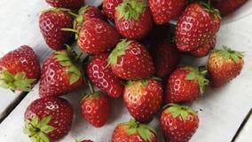 Erdbeere auf weißer Tabelle, Kamerarotation stock video footage