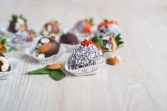 Erdbeere bedeckt mit dunkler Schokolade, Kopienraum Stockfotografie