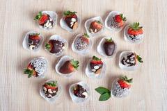 Erdbeere bedeckt mit Milch und dunkler Schokolade Stockbilder
