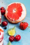 Erdbeere, Beeren, Pampelmuse und Kalk zum Nachtisch Stockbild