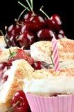 Erdbeere Cherry Muffin With eine Kerze, ein Abschluss u. eine Vertikale Lizenzfreie Stockfotos