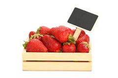 Erdbeere in der Holzkiste mit Preiszeichen Stockfotografie