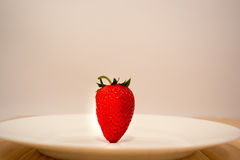 Erdbeere in der Platte Stockbilder