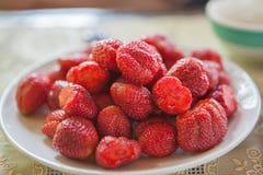 Erdbeere in der Platte Stockbild