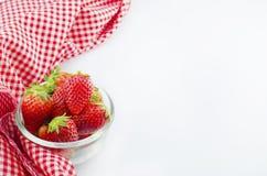 Erdbeere in der Schüssel mit der roten Serviette lokalisiert Lizenzfreie Stockfotografie