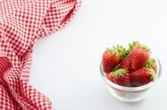Erdbeere in der Schüssel und in der roten Serviette Lizenzfreie Stockfotografie