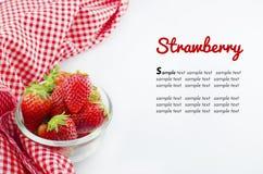 Erdbeere in der Schüssel und in roter Serviette lokalisiert auf Weiß Lizenzfreies Stockfoto
