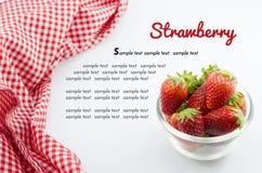 Erdbeere in der Schüssel und in roter Serviette lokalisiert auf Weiß Lizenzfreies Stockbild