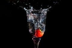 Erdbeere, die in Glas spritzt Stockfotos