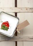 Erdbeere, die in Milch spritzt Stockbilder