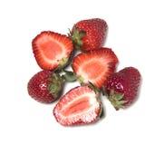 Erdbeere Drei Beeren werden zur Hälfte geschnitten und drei Beeren sind ganz Lizenzfreies Stockfoto