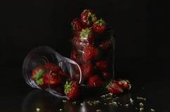 Erdbeere in einem Glasgefäß auf einem dunklen Hintergrund Stockfotos