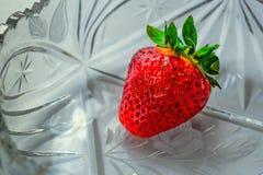 Erdbeere in einem Kristallvase stockfotos