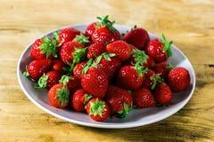 Erdbeere in einem Teller stockbilder