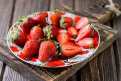 Erdbeere in einer Platte Stockbild