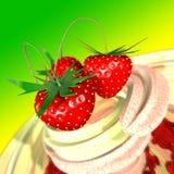Erdbeere in einer Sahne Lizenzfreie Stockfotos
